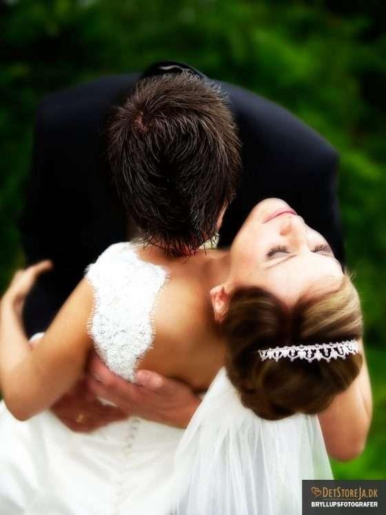 bryllupsfotograf haderslev brud kysses på brystet bryllupsfotografer