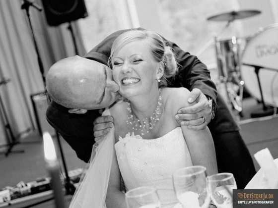 brud kysses under fest