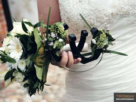 lykkebringende hestesko i brudens hånd