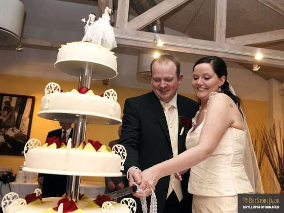 Brudepar skærer bryllupskagen for