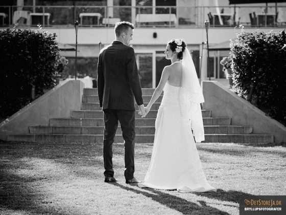 bryllupsfotograf brudepar hånd i hånd
