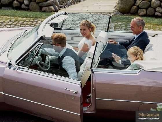 fotograf til bryllup brud ankommer i stor amerikanerbil