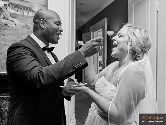 bryllupsbillede brudepar kagespisning