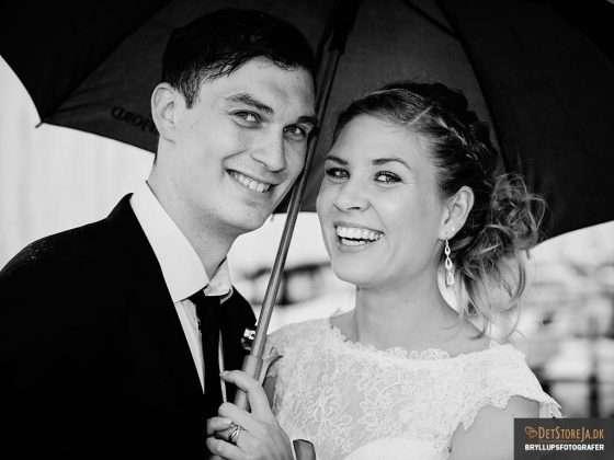 bryllupsfotografering smilende brudepar under paraply sh