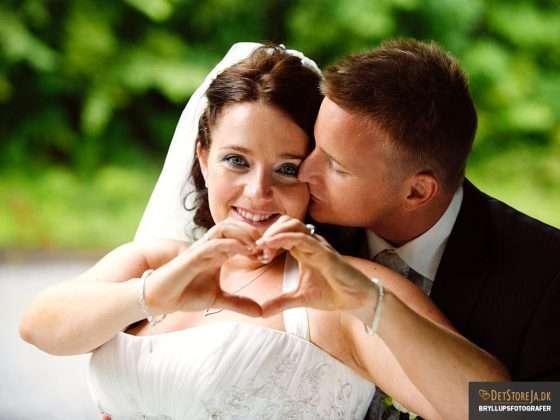 bryllupsfotograf brud former hjerte med sine hænder