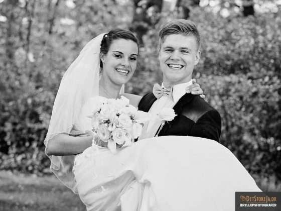 bryllupsbillede brud holdes af gom