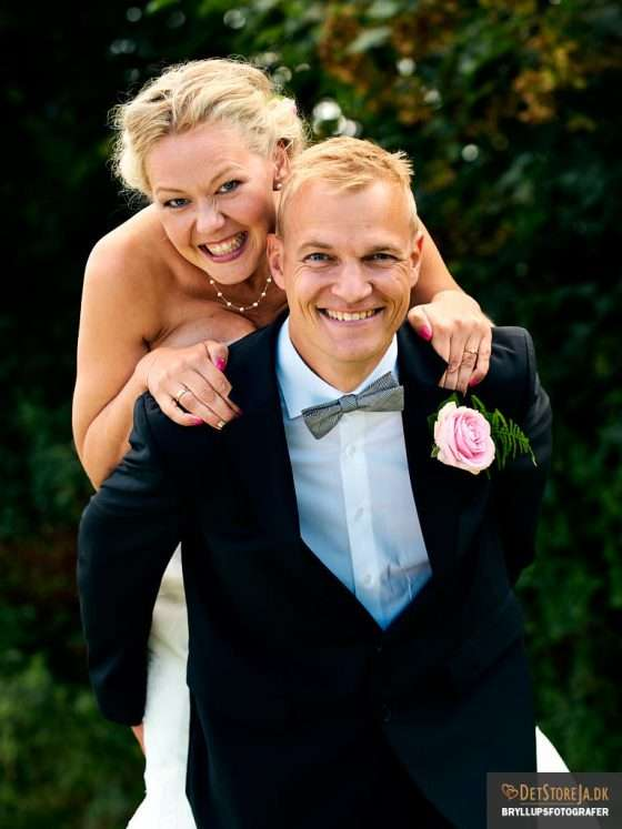 bryllupsfotograf oestjylland brud hopper op på ryggen af gom
