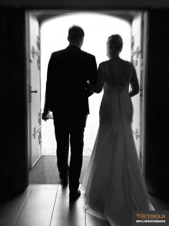 bryllupsfotograf brud kirkedør sh