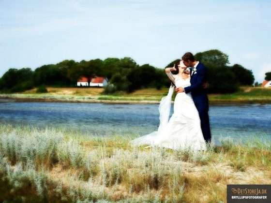 bryllupsfotograf brud kysses blæst kunstnerisk