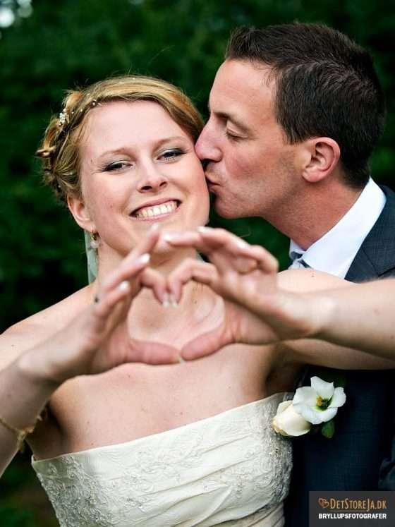 bryllupsfotograf brud former hjerte med hænderne