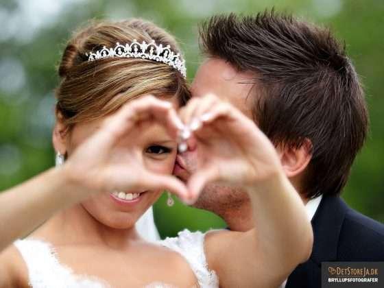 bryllupsfotograf brud med diadem former hjerte med hænder
