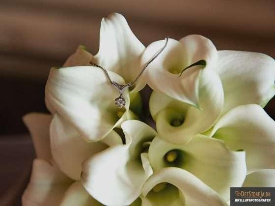 bryllupsfotograf brudens halssmykke i blomst