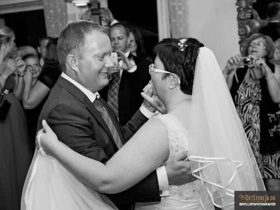 bryllupsbilleder fotograf til bryllupsfesten brudepar danser brudevals