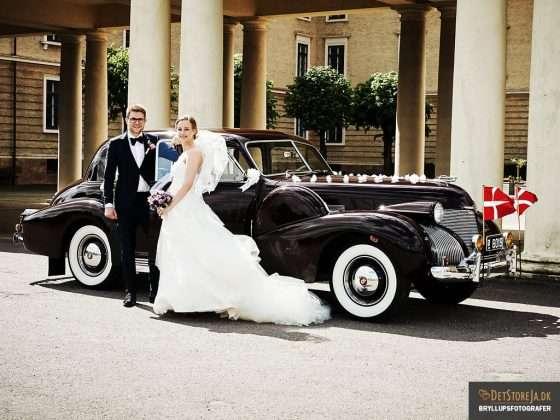 bryllupsfotograf brudepar flot klassisk bil