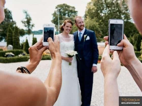 brudepar fotograferes med mobiltelefoner