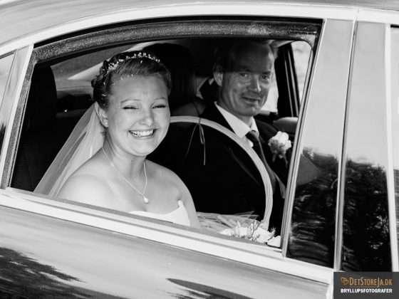 bryllupsbilleder bryllupsfotograf brudepar i bil smiler