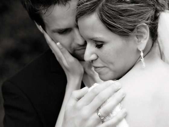 bryllupsbillede brudepar i kærligt øjeblik