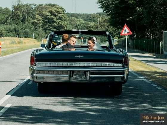 bryllupsbilleder fotograf brudepar kigger bagud i storamerikanerbil