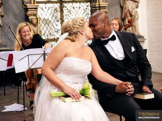 bryllupsfotograf brudepar kysser aarhus domkirke