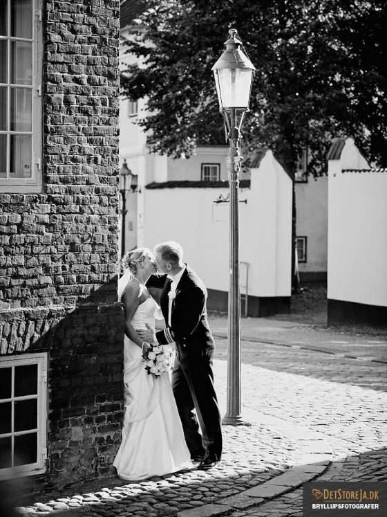 bryllupsfotografer bryllupsbillede brudepar kysser