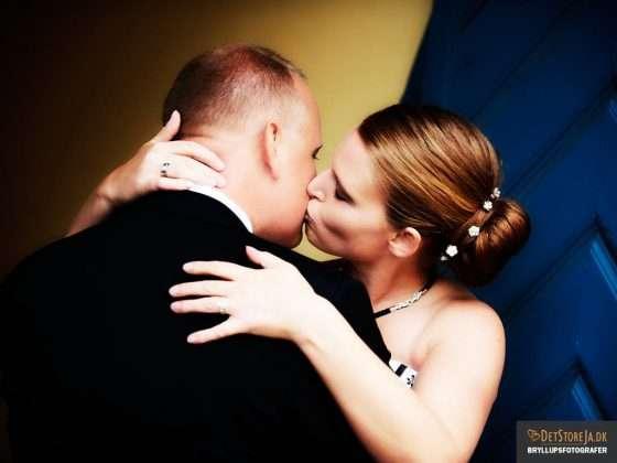 fotograf til bryllup brudepar kysser kunstnerisk billede