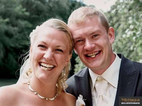 fotograf til bryllup brudepar med ringe i munden