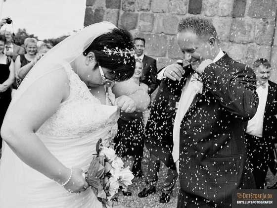 bryllup fotograf brudepar overkastes med ris