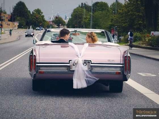 fotograf til bryllup brudepar pink cadillac