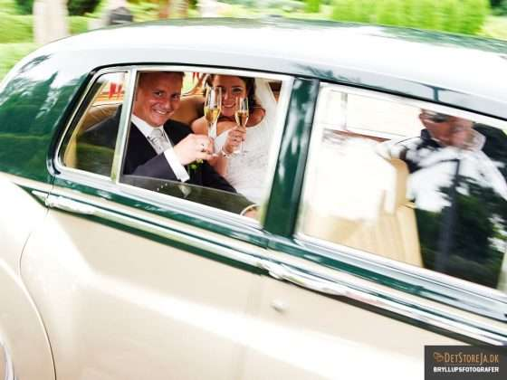 bryllupsfotograf brudepar skåler i forbifarten