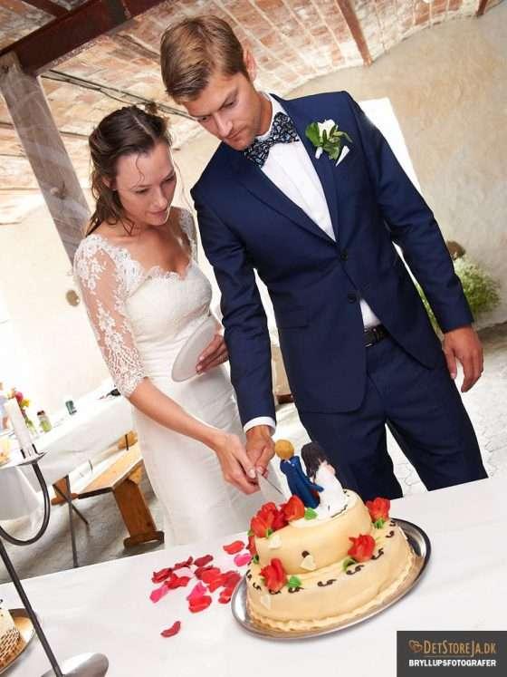 bryllupsfotograf brudepar skærer bryllupskagen for