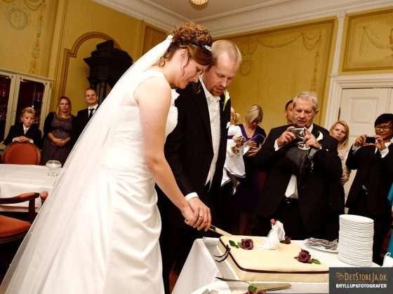 fotograf bryllup brudepar skærer kagen for