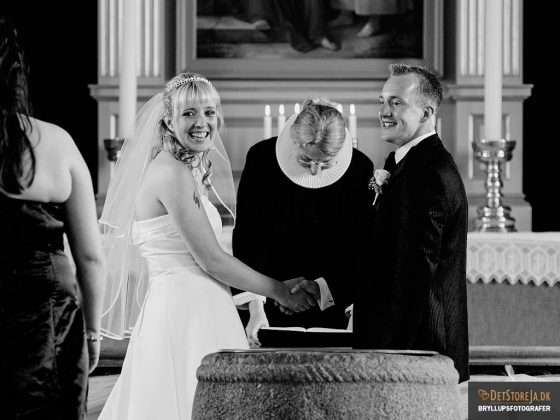 bryllupsbillede brudepar smiler under vielsen
