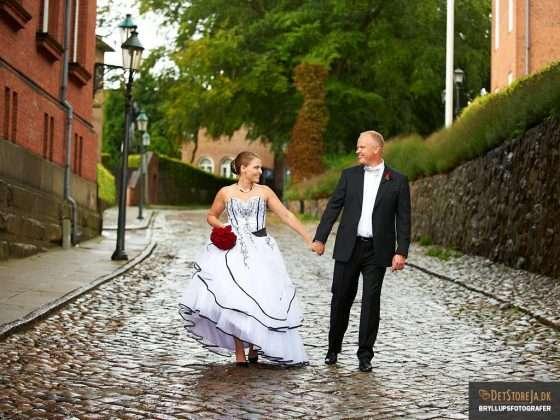 bryllupsfotografering bryllupsfotograf brudepar udendørs på brosten