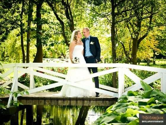 bryllupsfotografering brudepar udendørs på hvid bro