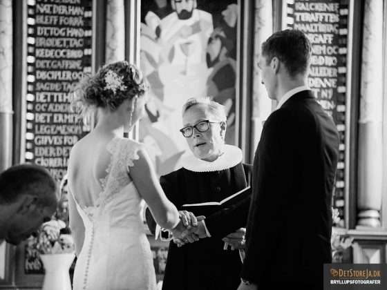 bryllupsfotografering fotograf i kirken brudepar vielse talende præst