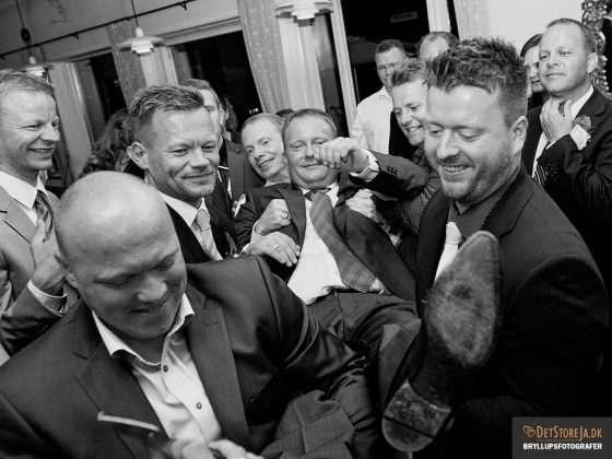fotograf til festen brudgom før strømper klippes