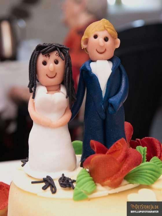 bryllupskage kransfigurer glade bryllupsvideo