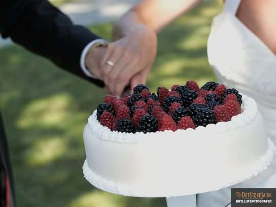 bryllupsfotograf detalje af bryllupskage med bær