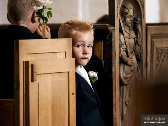 fotograf i kirken dreng keder sig under vielse