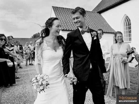 bryllupsfotograf kirke smiler til hinanden