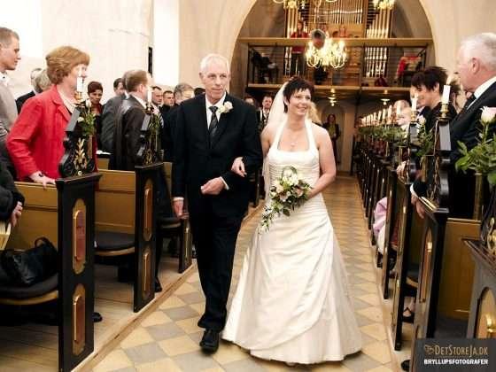 fotograf i kirken far fører sin datter op