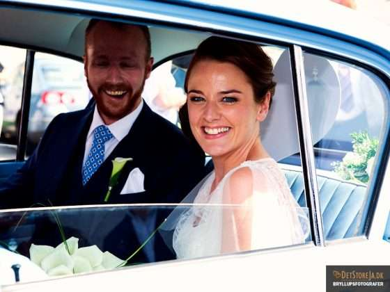 bryllupsfotograf glad brudepar kører væk