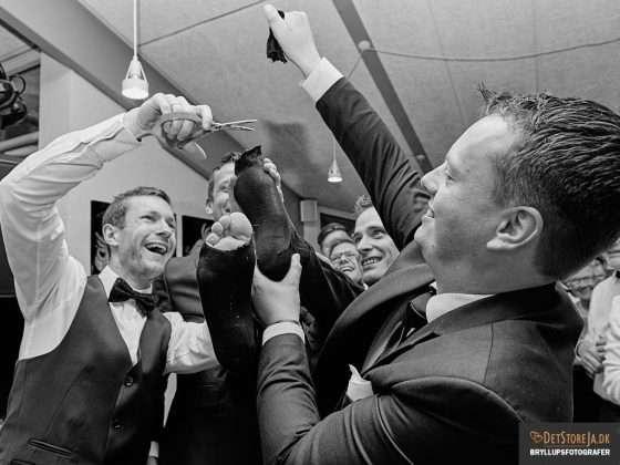 fotograf til festen gom med hul til tæerne