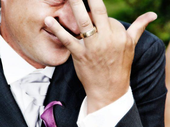 bryllupsbillede gom viser sin ring