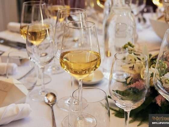bryllup hvidvin i glas borddækning