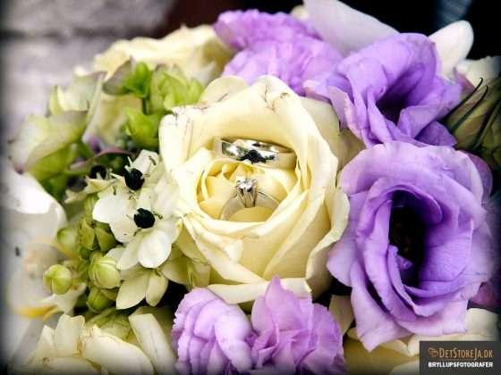 bryllupsbillede nærbillede af lilla brudebuket
