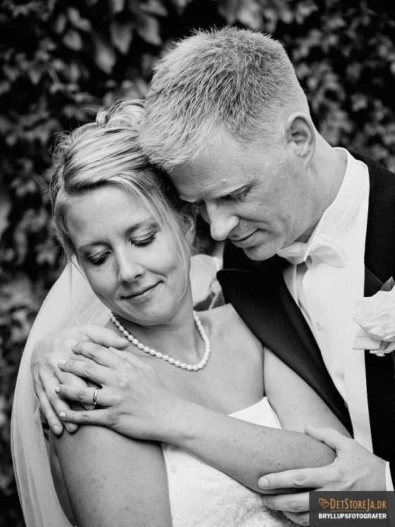 bryllupsfotograf øm omfavnelse brudepar sh