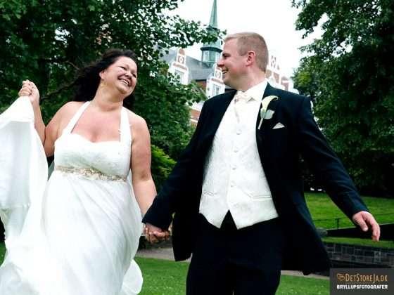 bryllupsfotograf overstadigt brudepar slot i baggrunden