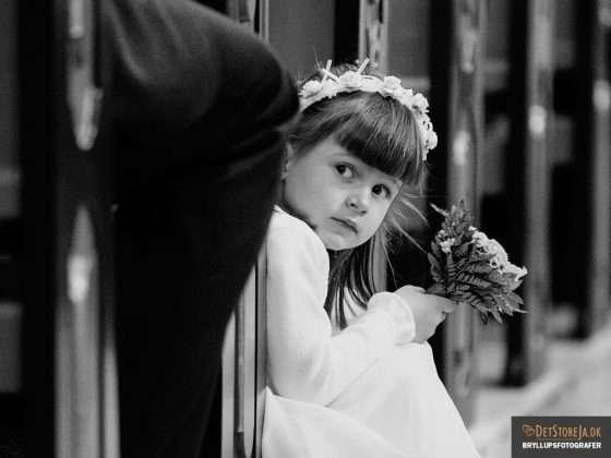 bryllup fotograf pige keder sig under vielse