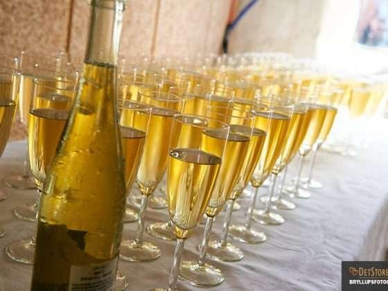 fotograf til bryllup bryllupsreception række af glas med gylden vin